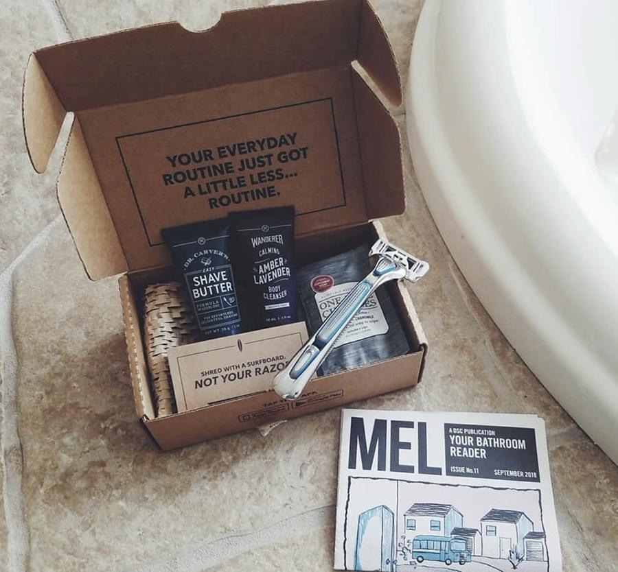 caja de club de afeitado de dólar con suministros de afeitado